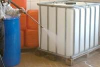 Container wird mit Hochdruckreiniger gesäubert
