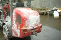 Traktor besprüht mit Schaum