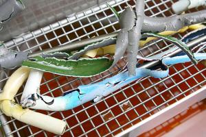 Saubere Teile nach Reinigung im Tauchbad