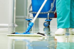 Fußboden wird manuell gereinigt