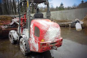 Traktor mit Hilfe des Schaumsprühers reinigen