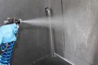 Druckluft-Sprühpistole versprüht großflächigen Sprühnebel