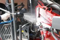 Foam Booster trägt Reiniger auf Traktor auf