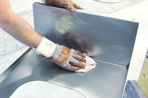 Metallfläche wird gereinigt