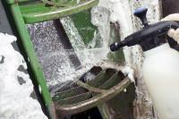 Schaumsprüher wird verwendet um Traktor zu reinigen