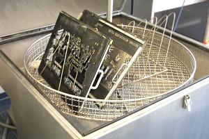 Bauteil im Sieb einer Heißwasserteilewaschmaschine