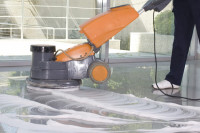 Fußboden wird mit Fußbodenreinigungsmaschine gereinigt