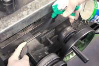 Maschine wird mit Reiniger besprüht